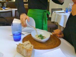 Sopa de castañas, su polvo y un ravioli de setas