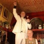 Arturo-Pardos-junto-a-su-mujer-Stéphane-pegando-el-tapón-de-champagne-nº-7.776-en-la-Masion-Rouge-Alcabón-300x460